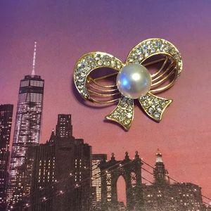 Jewelry - 💍BNWOT GOLD TONE PEARL & RHINESTONE BOW BROOCH 💍